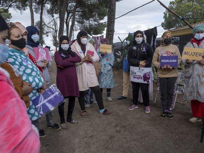 Temporeras de origen marroquí que viven en uno de los asentamientos de Lucena del Puerto (Huelva) durante la celebración del 8-M.