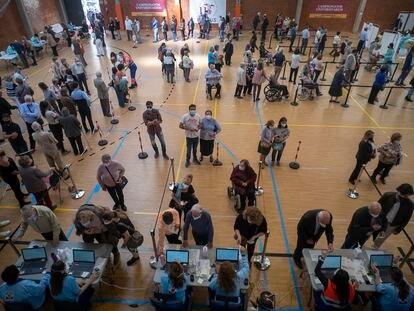 Toma de datos este lunes antes de la vacunación contra la covid, en el pabellón deportivo de la Facultad de Económicas de la Universidad de Sevilla.