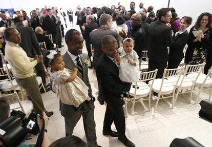 Rocky Galloway y Reggie Stanley sostienen a sus hijas Zoe y Malena tras casarse en Washington.