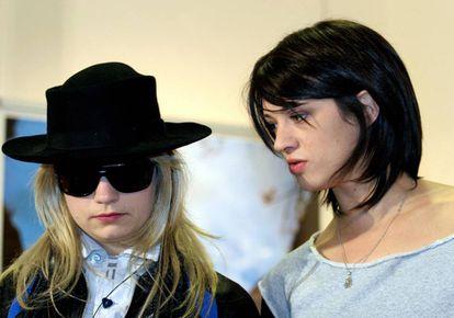 Asia Argento (derecha) posa en Roma en 2005 con J.T. LeRoy, un escritor ficticio que en realidad era una mujer, Laura Albert, cuando escribía, y su prima disfrazada, Savannah Knoop, cuando hacía apariciones públicas como esta.
