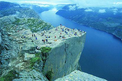 La roca Prekestolen (púlpito, en noruego), en Lysefjord, es uno de los lugares emblemáticos y más visitados de la costa noruega. Se encuentra en el sur, cerca de Stavanger, a 600 metros sobre el fiordo.
