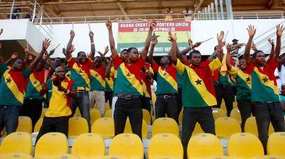 Aficionados ghaneses animan a su selección durante un entrenamiento en el Estadio Nacional de Accra.