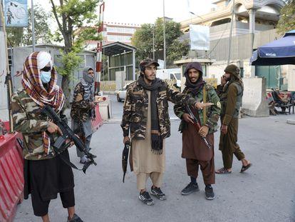 Milicianos talibanes montan guardia en un puesto de control en una carretera de acceso a Kabul, este jueves.