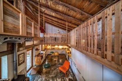 Vista de la cocina, el comedor y la sala de estar de la antigua majada convertida en una vivienda vacacional por David Sebastián en Jarque de la Val.