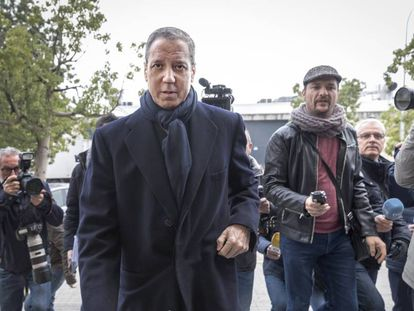 Eduardo Zaplana frente al juzgado de guardia de Valencia en febrero.