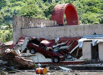 Daños causados por un <i>tsunami</i> en un edificio en Pago Pago, capital de la Samoa Americana.
