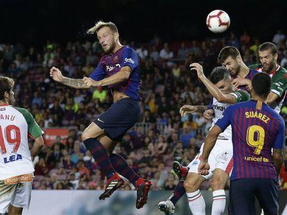 Rakitic se eleva en el duelo ante el Alavés en el Camp Nou.