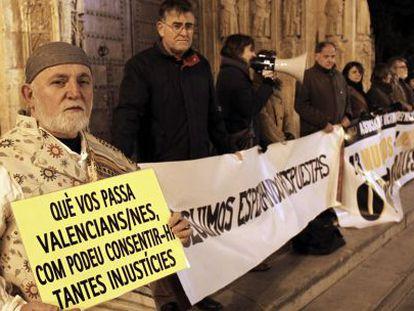 Los familiares de las víctimas del accidente del metro se concentran el 3 de febrero en la plaza de la Virgen.