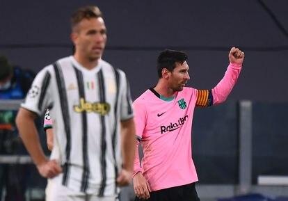 Messi festeja su tanto ante Arthur, traspasado a la Juve en verano.