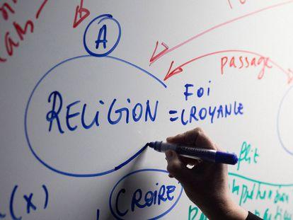 Una profesora de un suburbio del norte de París explica el sentido de la laicidad a sus alumnos.