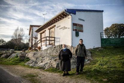 """""""Que nos dejen tranquilos, que se marchen"""", dice Tomás Romo, que posa junto a su esposa Eugenia González delante del bar que regentan junto al balneario de Retortillo. Temen que la mina acabe con su negocio si finalmente sale adelante."""