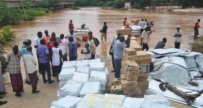 Reparto de ayuda humanitaria por Cruz Roja junto al río Tana, en Idsowe, Kenia, el 3 de mayo.