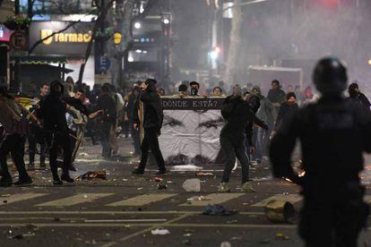 Un grupo de manifestantes arrojan piedras a la policía tras la marcha por la aparición con vida de Santiago Maldonado.