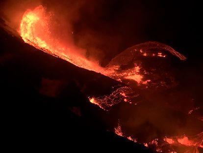 Imagen del cráter del volcán Kilauea en plena erupción desde este domingo en Isla Grande, Hawái.