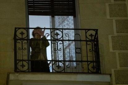 Una mujer aplaude este domingo desde su casa, en Madrid, para agradecer la labor de los sanitarios en la crisis del coronavirus.