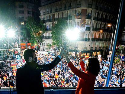 La presidenta de la Comunidad de Madrid, Isabel Díaz Ayuso, y el presidente del Partido Popular, Pablo Casado, celebran los resultados electorales, el martes por la noche en la sede del partido.