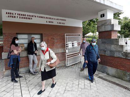 Residentes de la residencia Casa de Misericordia, en Pamplona, el pasado jueves al salir del centro después de tres meses confinados.