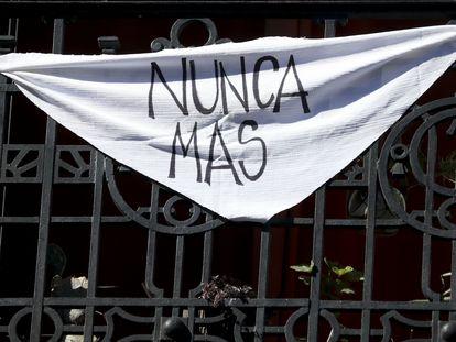 """Un pañuelo blanco con el lema """"Nunca Más"""" cuelga en un balcón de Buenos Aires este 24 de marzo, a 44 años del último golpe de Estado en Argentina"""