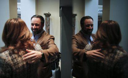 El líder de Vox, Santiago Abascal, saluda a una mujer el pasado 3 de diciembre en Sevilla.