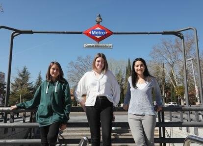 Laura Moreno, Desireé Díaz y Ana Caro (de izquierda a derecha), este martes en Ciudad Universitaria.