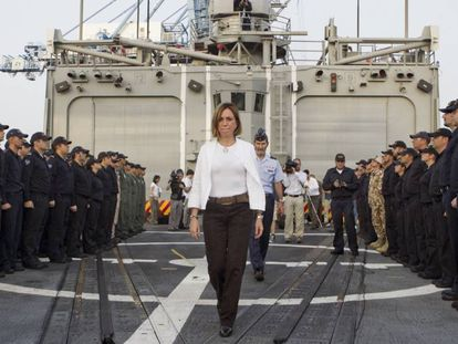 """La exministra socialista de Defensa Carme Chacón en la fragata de combate """"Santa María""""."""