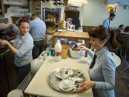 Empleados de una cafetería de Sevilla.