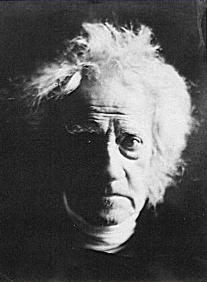Fotografía de sir John Herschel tomada por Julia Margaret Cameron en 1867. Herschel fue matemático, astrónomo, químico e inventor del cianotipo.