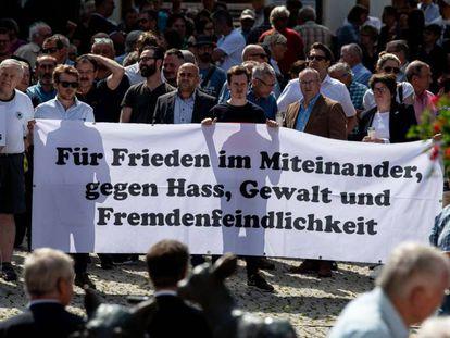 Decenas de personas participan en la vigilia por la muerte de Walter Lübcke, este sábado en Wolfhagen.