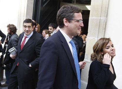 Patxi López, Antonio Basagoiti y Soraya Sáenz de Santamaría, al salir del Parlamento de Vitoria.