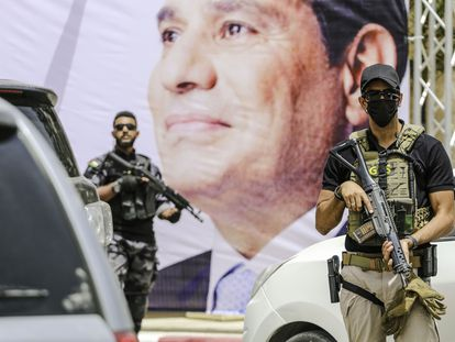 Dos militares egipcios junto a un cartel de Abdelfatá al Sisi, el mes pasado.