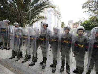 La justicia del régimen remite el caso a los tribunales ordinarios. Tensión en la Asamblea Nacional, rodeada por la Guardia Nacional