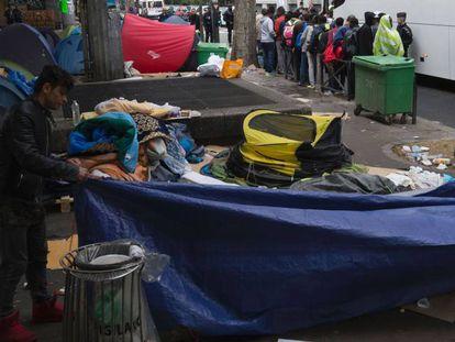 Evacuación de un campamento provisional de refugiados, este jueves en París.