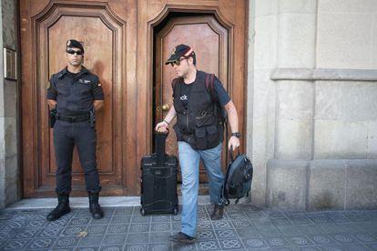 Agentes de la Guardia Civil salen de la sede de Catdem y Fòrum Barcelona tras registrarlas el pasado agosto.