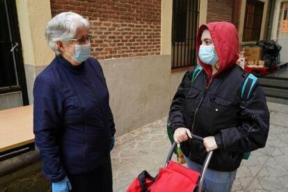Isabel (derecha) conversa con sor Josefa, directora de las Hijas de la Caridad.