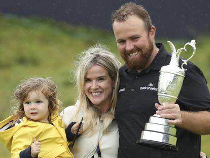 Lowry, con su familia y el trofeo.