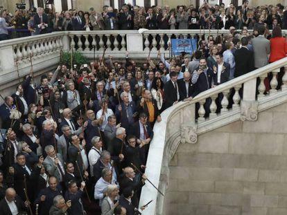 Alcaldes de diferentes localidades de Cataluña muestran su apoyo a la declaración de independencia tras el pleno del Parlament.