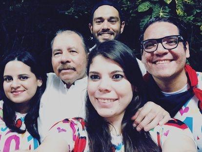 El presidente de Nicaragua, Daniel Ortega, y sus hijos Luciana (a la izquierda) y Camila Maurice Ortega (ambos en la derecha de la imagen) el 19 de julio 2019.  TWITER