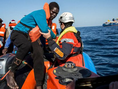 Un grupo de migrantes son rescatados en el Mediterráneo central frente a la costa libia, el 19 de enero.