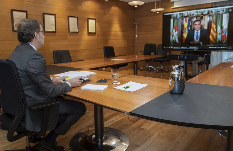Feijóo sigue este lunes desde su despacho la intervención de Sánchez durante la Conferencia de Presidentes. EFE/Lavandeira jr