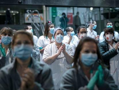 Trabajadores del Hospital Clínic de Barcelona se unen al aplauso a los sanitarios, en marzo de 2020.