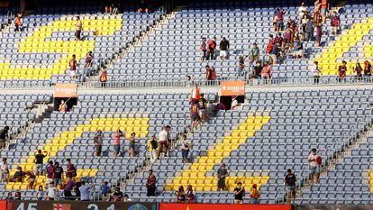 El público abandona el Camp Nou tras el partido de la tercera jornada de LaLiga disputado el pasado domingo.