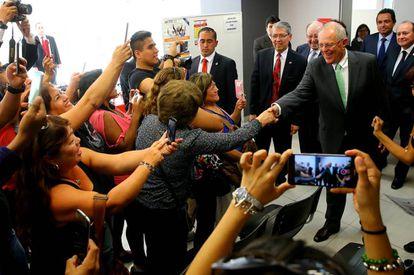 Kuczynski saluda a la comunidad peruana en una visita en Chile.