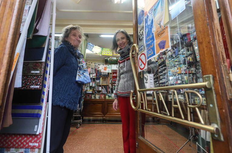 Fernanda (d) y Ana Salazar (i), propietarias de la papelería centenaria que cerrará a mediados del mes de febrero.