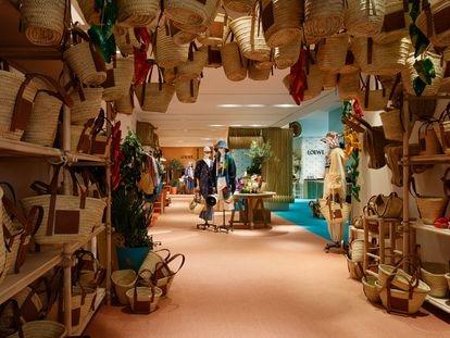 Interior de la tienda efímera de Loewe en Ibiza, un tributo a los recuerdos pitiusos de juventud de su director creativo, Jonathan Anderson.