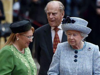 La reina Isabel y Felipe de Edimburgo a su llegada a Malta.
