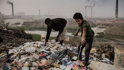 Un niño recicla material para su venta.
