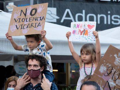 Dos niños con carteles participan en una concentración feminista. EUROPA PRESS