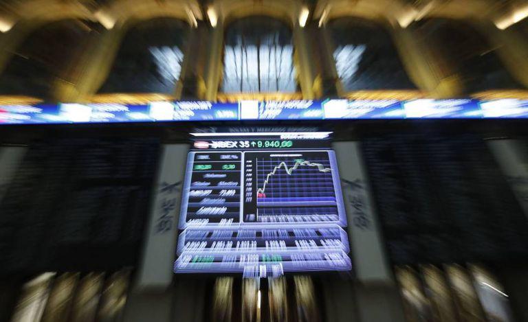 Un panel muestra la evolución del Ibex 35 en el Palacio de la Bolsa en Madrid.