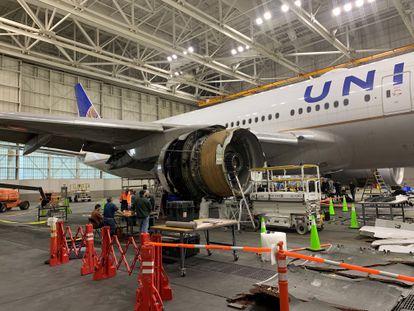 Operarios inspeccionan el motor derecho del Boeing 777 que tuvo que aterrizar de emergencia en Denver el sábado, en una imagen de la Agencia Nacional de Seguridad en el Transporte de EE UU.