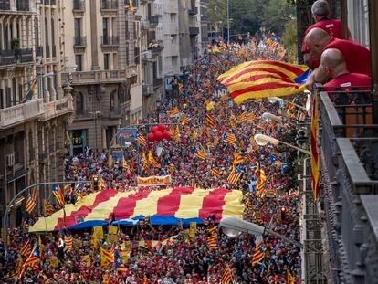 La marcha por la Diada avanza por la calle barcelonesa de Via Laietana, este sábado.